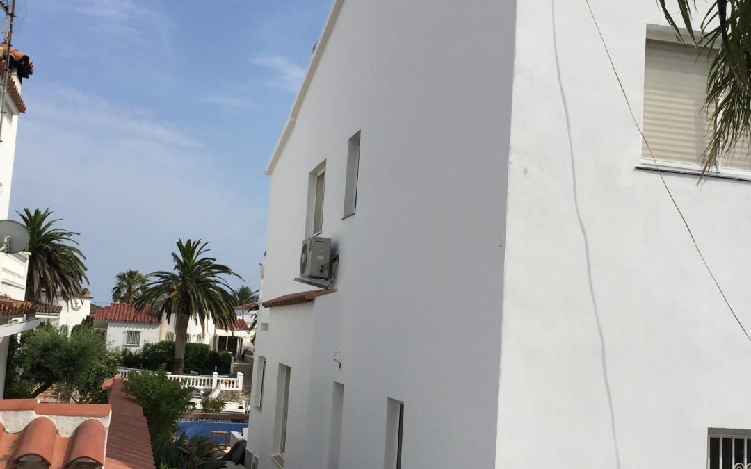 Restauración de fachada alisándola y pintándola en Girona(empuriabrava)