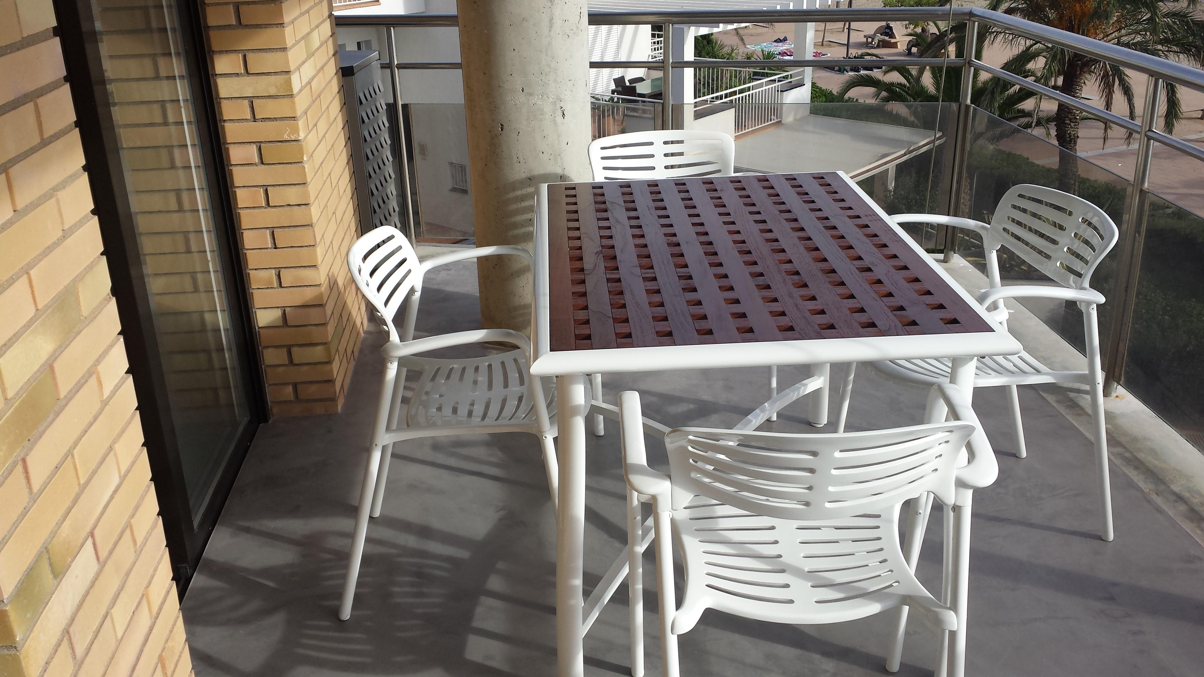 Mesa y sillas lacadas en blanco de jardín Roses(Girona)